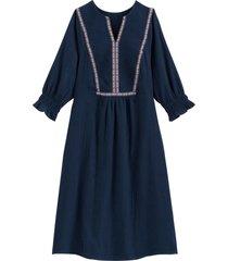 utställd klänning med sprund i halsringningen och trekvartslång ärm