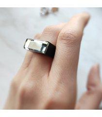 czarny pierścionek z żywicy z lustrem