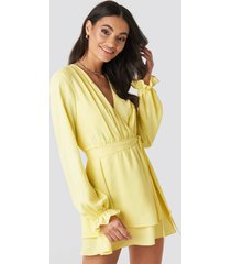 donnaromina x na-kd v-neck tied front flowy dress - yellow