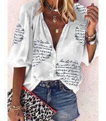 camiseta blanca de manga larga con cuello en v y botón con letras blancas