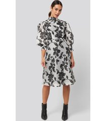 na-kd trend high neck puff quarter sleeve dress - multicolor