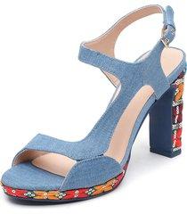 sandalia azul desigual
