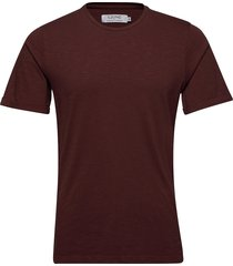 core tee t-shirts short-sleeved röd ljung by marcus larsson