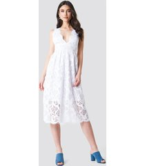 na-kd boho deep v midi lace dress - white