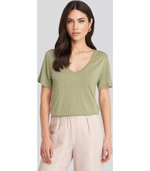 na-kd basic viscose v-neck tee - green