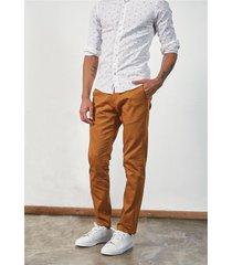 pantalón marrón prototype chino manhattan