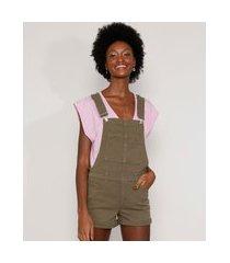 jardineira de sarja feminina reta com bolsos e barra dobrada verde militar