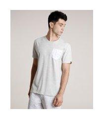 camiseta masculina com bolso estampado de coqueiros manga curta gola careca cinza mescla claro