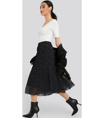 na-kd pleated dotted skirt - black