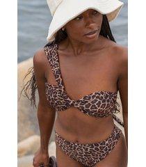 hunkemöller vadderad bikinitopp med en axel och djurmotiv hkm x na-kd brun