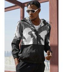 koyye chaqueta con capucha frontal con cremallera y patchwork de camuflaje informal para hombre