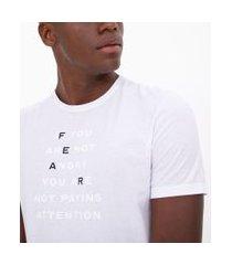 camiseta slim com estampa relevo lettering fear   request   branco   g