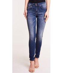 niebieskie spodnie jeansowe o dopasowanym kroju sabrina