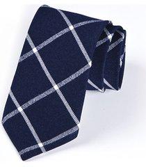 krawat w kratkę na granatowym tle