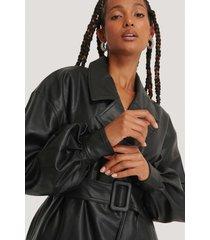 na-kd trend pu-jacka med stora ärmar och bälte - black