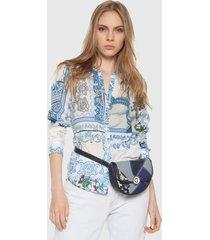 camisa azul-blanco desigual