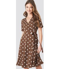 na-kd boho v-neck dotted midi dress - brown