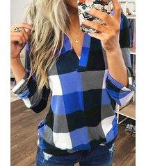 blusa con dobladillo curvo con cuello en v a cuadros en bloques de color azul