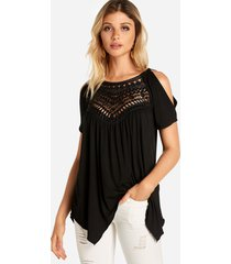 camiseta con dobladillo irregular con hombros descubiertos y encaje negro