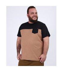 camiseta masculina plus size com recorte e bolso manga curta gola careca caramelo