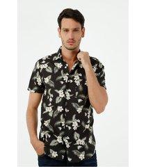 camisa de hombre, silueta confort con cuello francés, manga corta, con estampado hawaii black