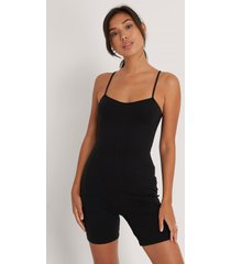 na-kd body med tunna axelband - black