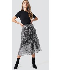 na-kd party flounce sequins midi skirt - silver