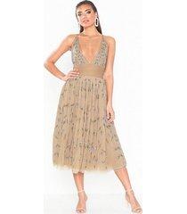 dolly & delicious embellished midi dress paljettklänningar