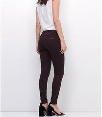 calça legging lisa com detalhe de material sintético nos bolsos
