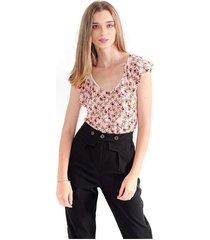 camiseta para mujer  estampado floral, cuello en v y boleros a la altura de este. color-multicolor-talla-m