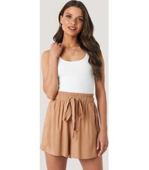 na-kd belted flowing shorts - brown