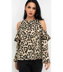 blusa con volantes y mangas acampanadas con hombros descubiertos de leopardo marrón