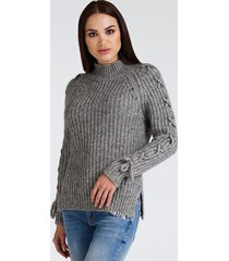 sweter z detalem z gorsetem na rękawach