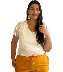 blusa acanalada con detalle en hombro crudo plica