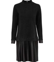 klänning med plisserad kjol