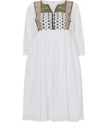 utställd klänning med broderad infällning