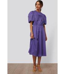 na-kd trend midiklänning med kort puffärm - purple