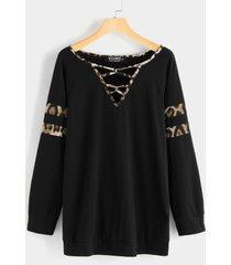 camiseta negra de manga larga con estampado de leopardo cruzado