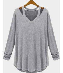 camiseta gris de manga larga con cuello en v y diseño recortado