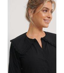 na-kd trend skjorta med broderade detaljer - black