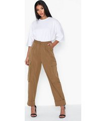 missguided pleat front hem cargo trousers byxor