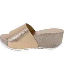 sandalia cuero brillo arrugado cipria mailea