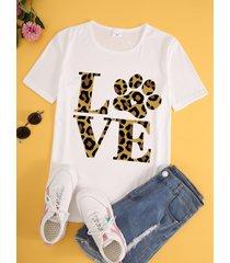 camiseta blanca de manga corta con cuello redondo y estampado de letras de leopardo