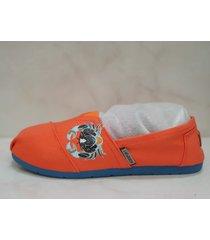 alpargatas sport color naranja con cangrejo azul claro