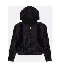 jaqueta corta vento esportiva com capuz e recortes em tela | get over | preto | p