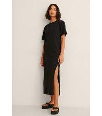 pelican bay x na-kd ekologisk t-shirtklänning med slits fram - black