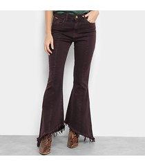 calça sarja flare mob barra desfiada cintura média feminina