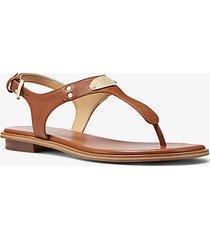 mk sandalo in pelle con placca e logo - cuoio (marrone) - michael kors