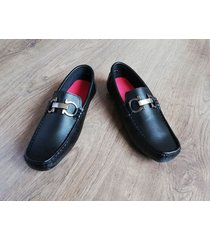 zapatos mocasines en ecocuero outfit negro