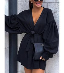 vestido de manga larga con cuello de pico y cuello en v negro con cinturón